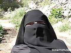 Cum insusceptible to the brush niqab