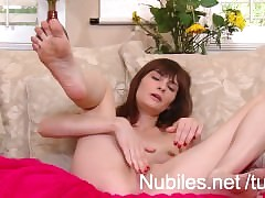 Wasting away amateurish cutie pounds the brush grungy pussy